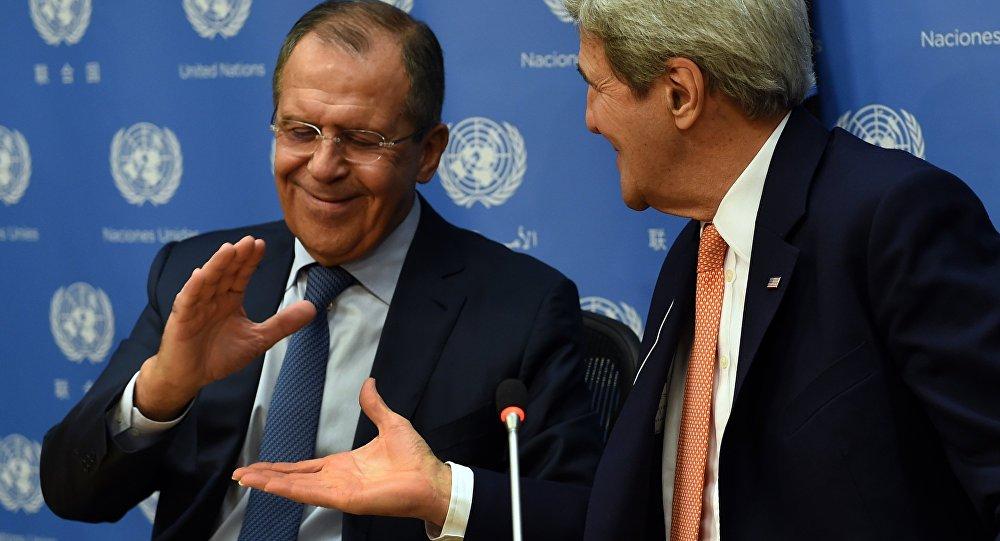 Sergey Lavrov (E) e John Kerry apertam mãos