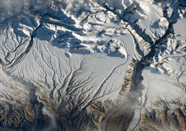 Rio e neve no Himalaia, na fronteira da Índia com a China, tirada da EEI