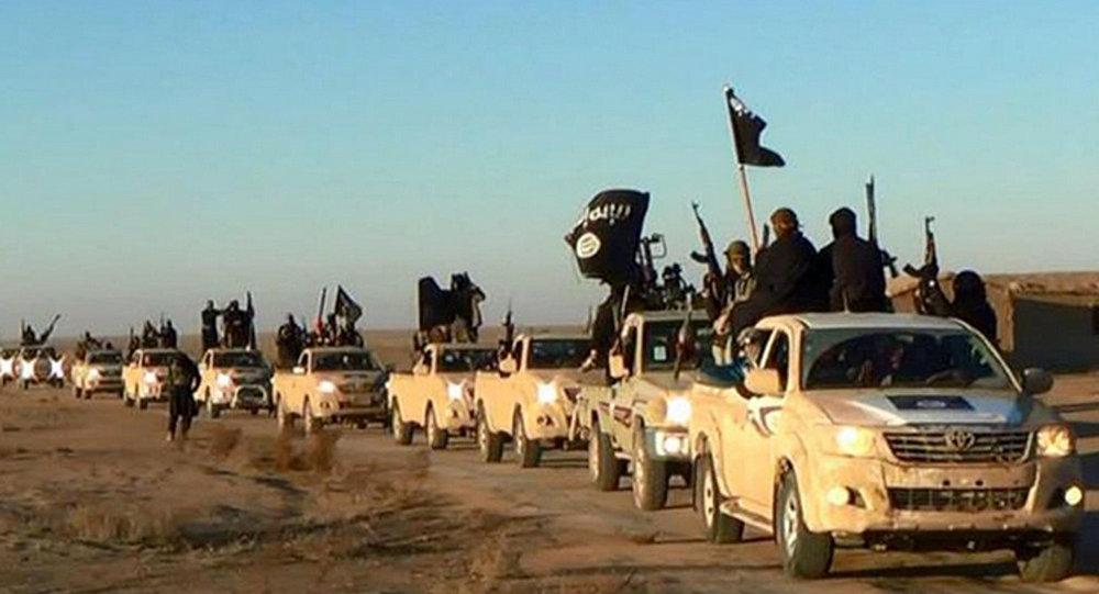 Militantes do Daesh (Estado Islâmico) em comboio rumo ao Iraque