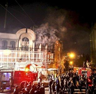 Chamas sobem a partir da embaixada da Arábia Saudita durante uma manifestação em Teerã