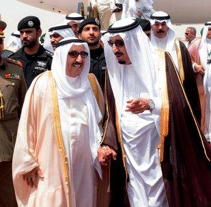 Nesta foto fornecida pelo escritório da Agência Saudi Press, rei Salman de Arábia Saudita, à direita, recebe Emir do Kuwait Sabah Al Ahmed Al Sabah após sua chegada antes da abertura da cimeira do Conselho de Cooperação do Golfo, em Riad, na Arábia Saudita, terça-feira , 05 de maio de 2015