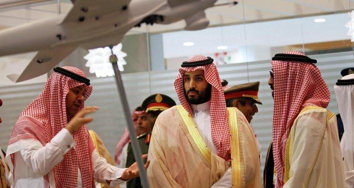 O vice-príncipe herdeiro e ministro da Defesa da Arábia Saudita Mohammad bin Salman durante visita a Abu Dhabi em fevereiro de 2015