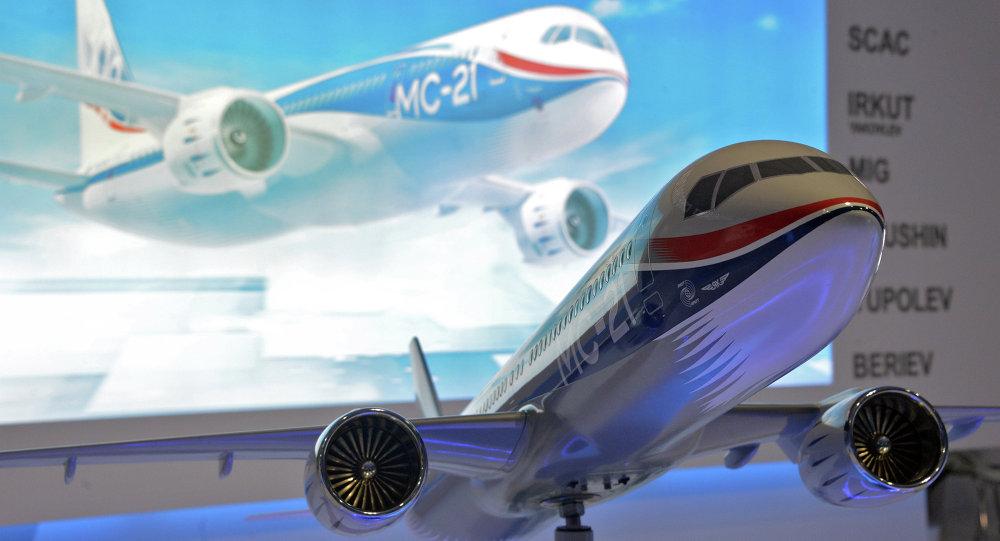 Modelo do avião russo MC21 no Show Aéreo Internacional em Farnborough 2014