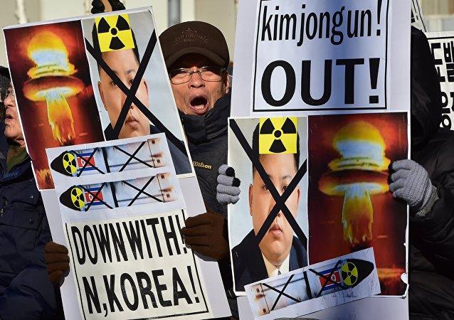 Cidadão sul-coreano participa do protesto contra testes nucleares da Coreia do Norte, 7 de janeio de 2016
