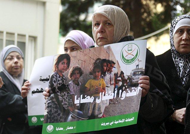 Manifestantes pedem o fim ao cerco de Madaya, em frente ao Comitê Internacional da Cruz Vermelha em Beirute, Líbano, em 8 de janeiro de 2016