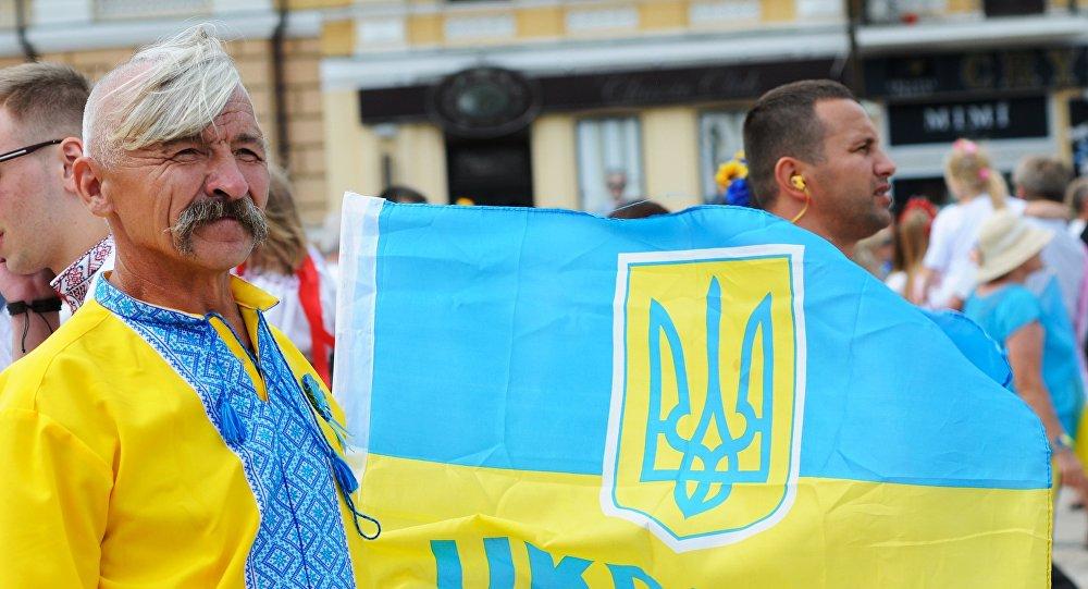 Um homem usando o costume nacional ucraniano duratne o Dia da Independência em Kiev. Foto de arquivo 2014