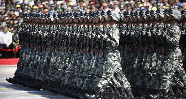 Soldados do Exército de Libertação da China marcham durante a parada militar em hominagem aos 70 anos da vitória na Segunda Guerra Mundial, Pequim, 3 de setembro de 2015