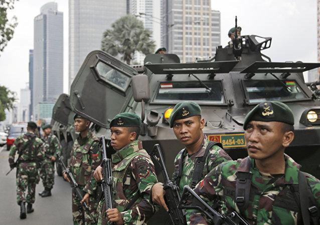 Soldados indonésios no local de uma explosão em Jacarta