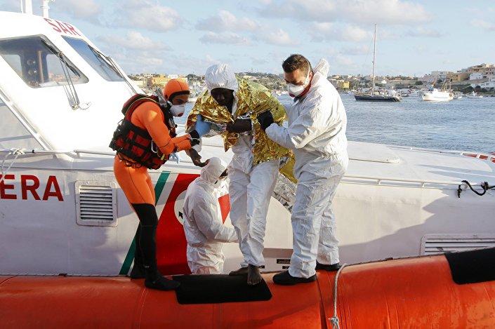 Imigrante que sobreviveu a naufrágio desembarca no porto de Lampedusa, Itália