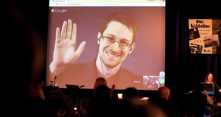 Edward Snowden em uma videoconferência em Berlim em 2014 recebendo a a Medalha Carl von Ossietzky Medal