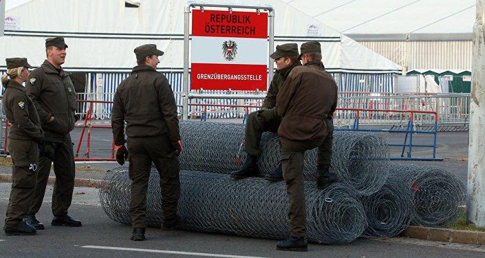 Soldados austríacos perto da fronteira com a Eslovênia em Spiefeld, Áustria