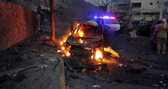 Carro em chamas em frente à casa do chefe de segurança de Aden, no Iêmen. Foto de arquivo
