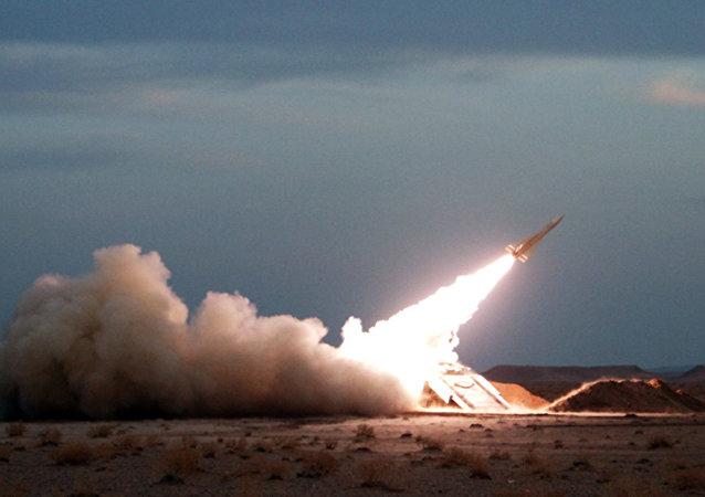 Míssil superfície-ar Hawk é lançado durante os exercícios militares no Irã