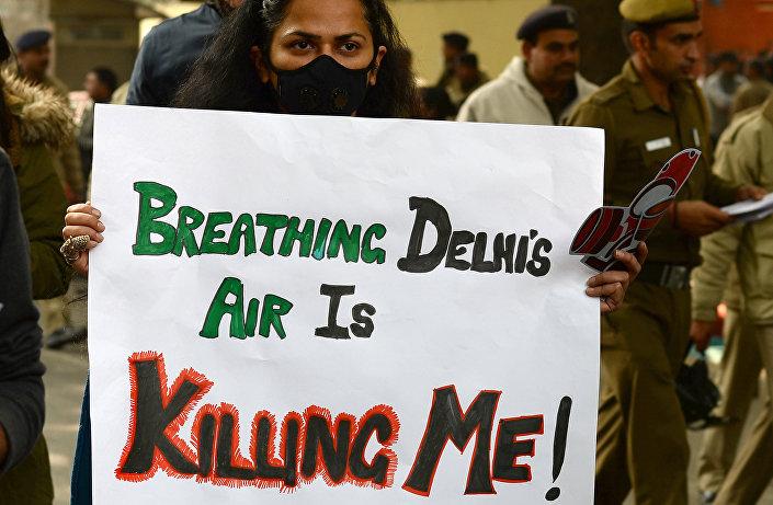 Inalar o ar de Nova Deli mata-me, reza este cartaz