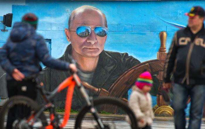 Retrato do presidente Vladimir Putin pintado sobre um muro em Yalta, na Crimeia
