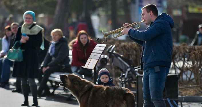 Musico se apresenta na orla de Yalta, na Crimeia