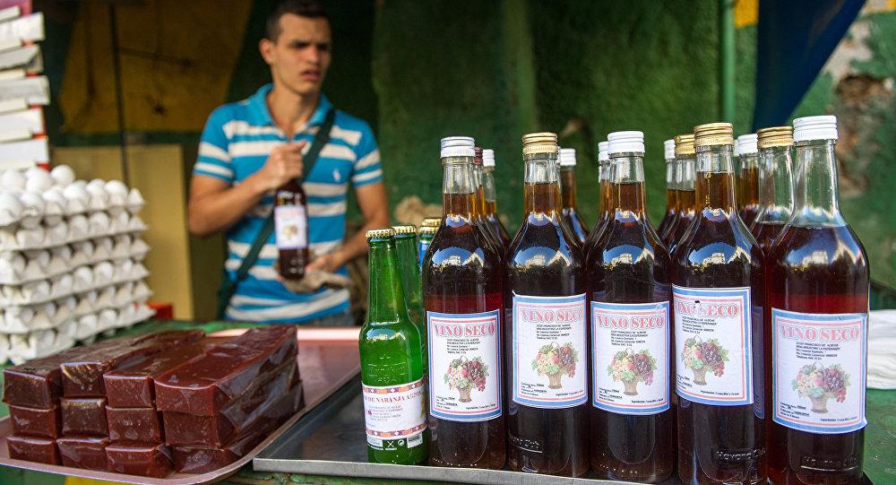 Garrafas usadas de Havana Club são usadas para vinho caseiro. Esta foto de 5 de novembro de 2015 mostra uma loja de vinho e alimentação em Havana