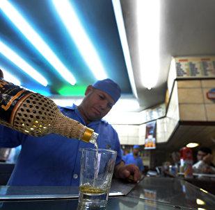 Cachaça é servida em um bar