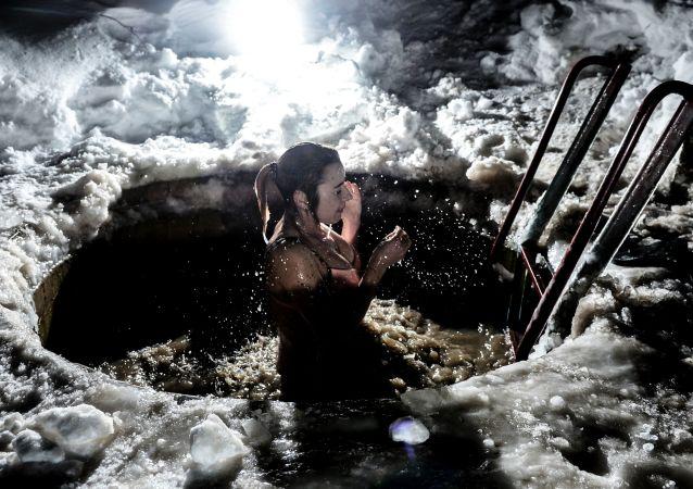 Mergulho de batismo na região de Novgorod