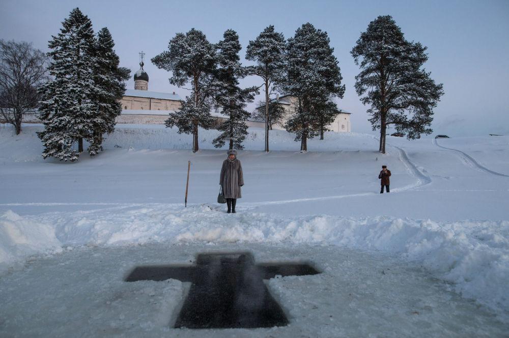 Preparação de local para a realização de mergulhos em água gelada para a celebração da festa de Batismo de Cristo, região de Vologda