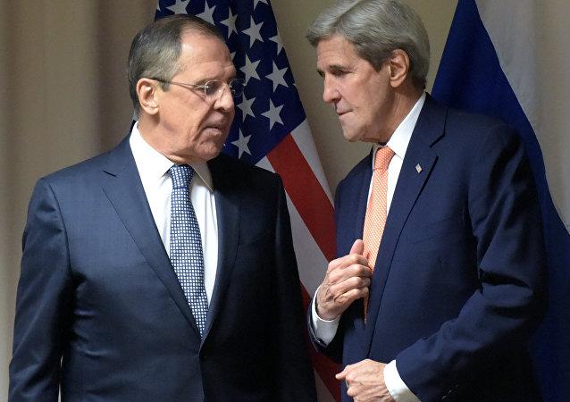 O ministro das Relações Exteriores russo, Sergei Lavrov, e o secretário de Estado norte-americano, John Kerry, durante a reunião em Zurique, Suíça, 20 de janeiro de 2016