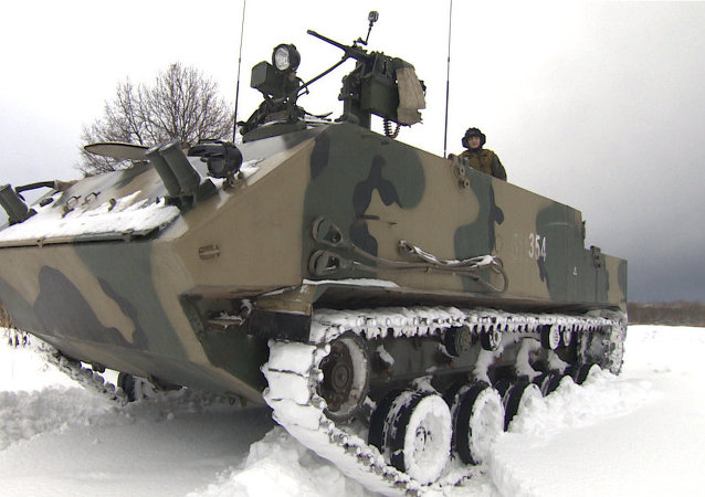 Militares russos realizam testes com o blindado Rakushka (foto de arquivo)