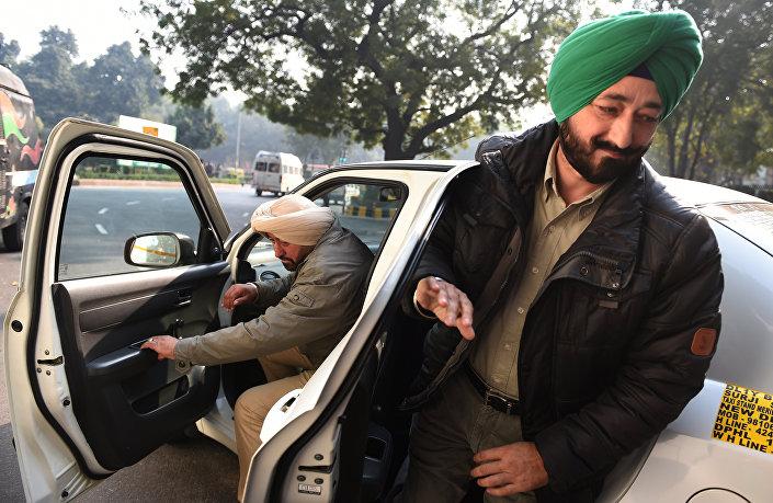 Salwinder Singh, superintendente da polícia de Guardaspur, chega à Agência Nacional de Investigação (NIA) da Índia para ser interrogado, em 12 de janeiro de 2016. Singh tinha sido sequestrado por militantes paquistaneses antes do ataque à base aérea de Pathankot