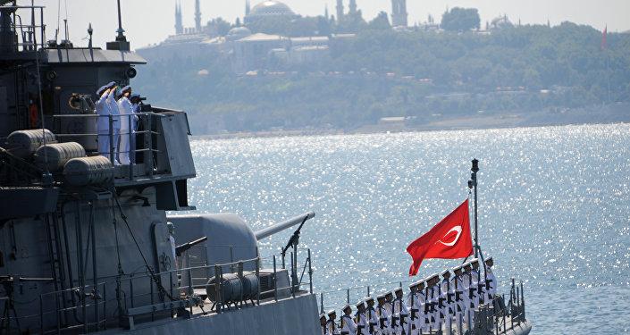 Navio da Marinha turca durante a parada militar no estreito de Bósforo em comemoração ao Dia de Vitória em Istambul, Turquia