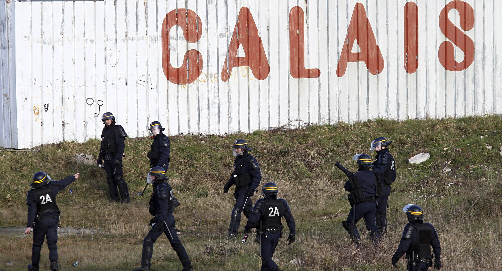 Policiais patrulham a área perto do campo de refugiados em Calais, norte da França, 21 de janeiro de 2016