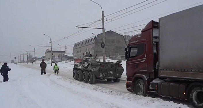 Veículo anfíbio russo tira caminhão da neve