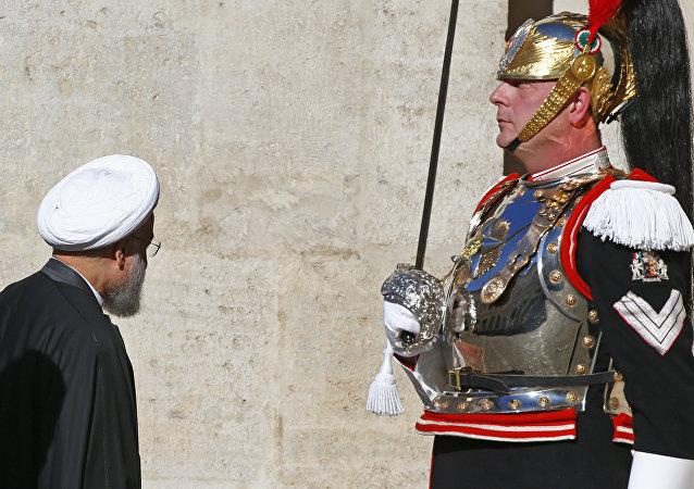 Presidente do Irã, Hassan Rouhani, caminha pelo palácio presidencial, Quirinale, em Roma, Itália, 25 de janeiro de 2016