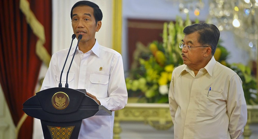 O presidente da Indonésia, Joko Widodo (E), acompanhado pelo vice-presidente, Jusuf Kalla