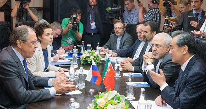 Chanceler russo Sergei Lavrov, o chanceler chinês Wang Yi e o chanceler iraniano Mohammad Javad Zarif durante a reunião trilateral da Conferência de Alto Nível de Segurança e Estabilidade na região de Organização de Cooperação para Segurança de Xangai