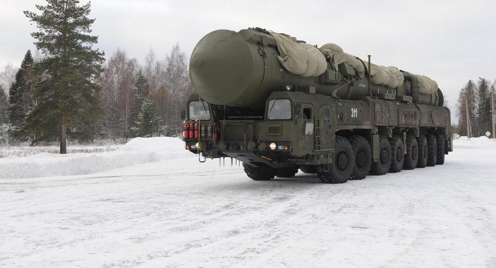 Míssil balístico intercontinental Yars, das Forças Armadas da Rússia, sobre um veículo transportador Kamaz, na cidade de Teykovo, região russa de Ivanovo (arquivo)