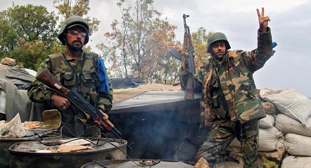 Combatentes da milícia armada síria depois de uma missão no norte de Latakia, Síria