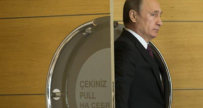 O presidente da Rússia, Vladimir Putin, prepara-se para um encontro informal com os líderes dos BRICS no âmbito da cúpula do G20 em Antalya, em 15 de novembro de 2015