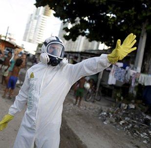 Agentes da saúde aplicando inseticida contra vírus da Zika em Recife