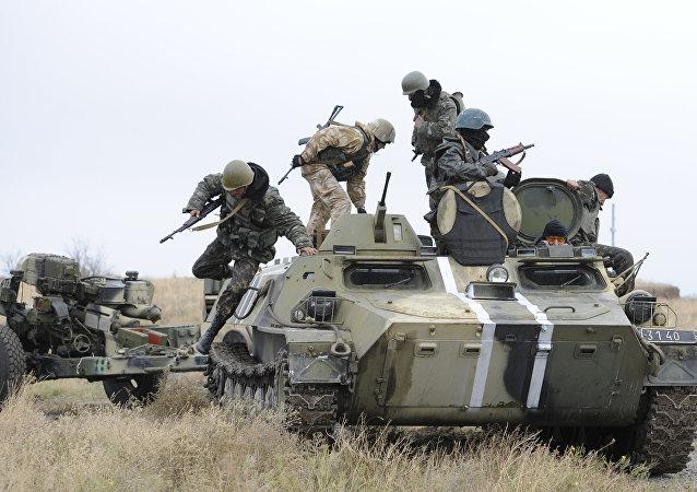 Soldados ucranianos sobre o veículo blindado no Leste da Ucrânia