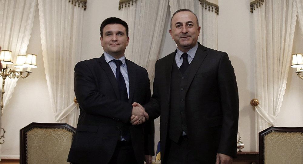 Os chanceleres da Ucrânia, Pavel Klimkin (esquerda), e da Turquia, Mevlut Cavusoglu (direita) antes do encontro privado em Istambul, em 29 de janeiro de 2016