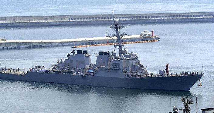 O destróier USS Curtis Wilbur, da Marinha dos EUA, no porto de Busan (Coreia do Sul) em 2010