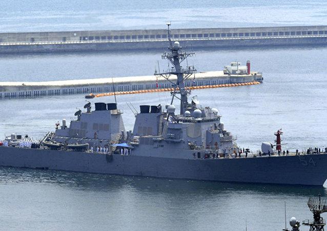 O destróier USS Curtis Wilbur, da Marinha dos EUA, no porto de Busan