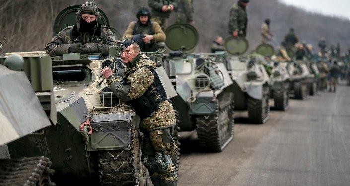 Soldados das Forças Armadas ucranianas e veículos blindados na região de Debaltsevo perto de Artemivsk, Ucrânia (foto de arquivo)