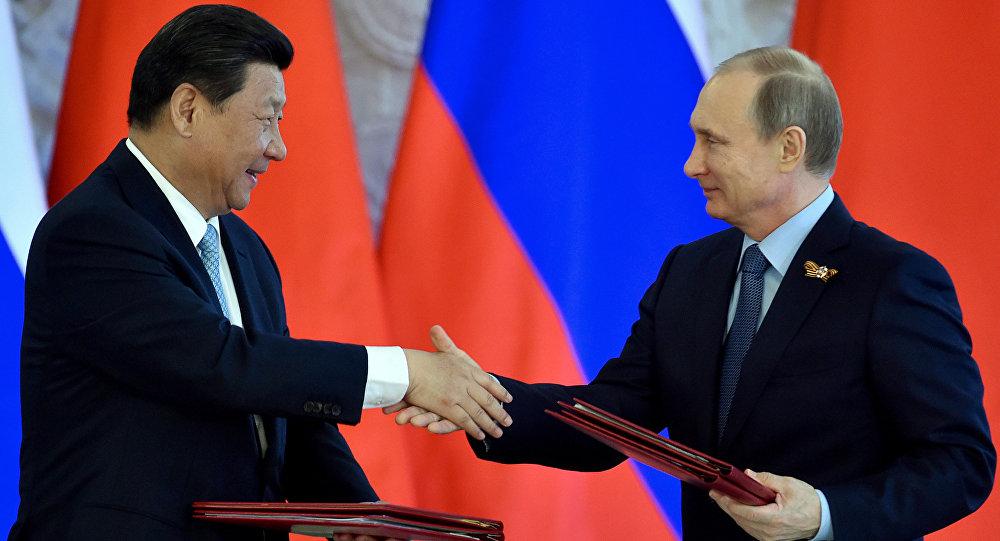 O presidente chinês Xi Jinping e o presidente russo Vladimir Putin durante a cerimônia de assinatura de documentos em Kremlin, Moscou, 8 maio de 2015