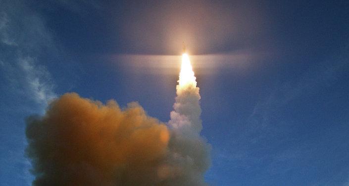 Um míssil SM-3 lançado pela marinha japonesa do destróier JS Kirishima