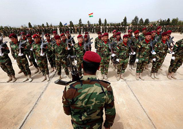 Combatentes curdos iraquianos Peshmerga em cerimônia de graduação de treinamento em Arbil, capital da Região Autônoma do Curdistão, no norte do Iraque.