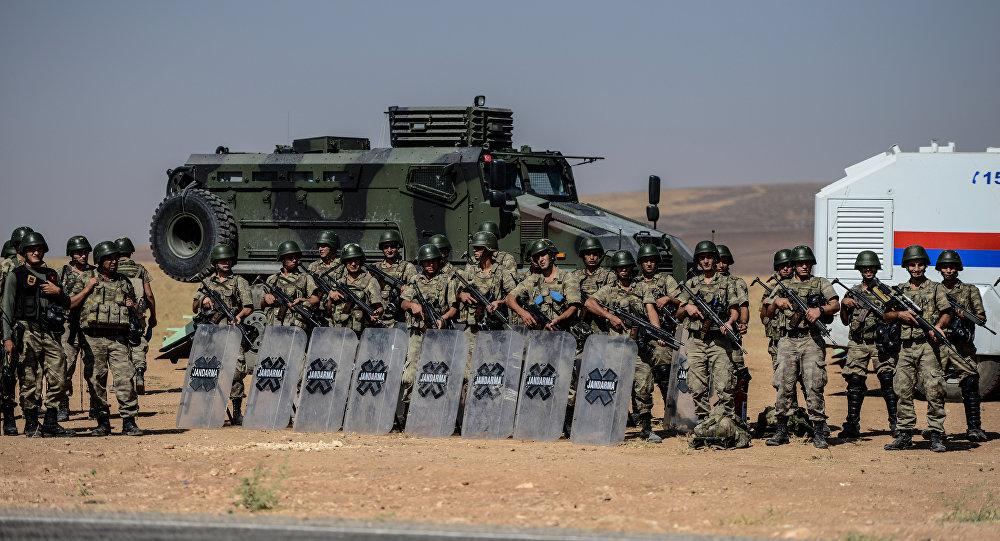 Soldados turcos perto da fronteira sírio-turca, Sanliurfa, Turquia