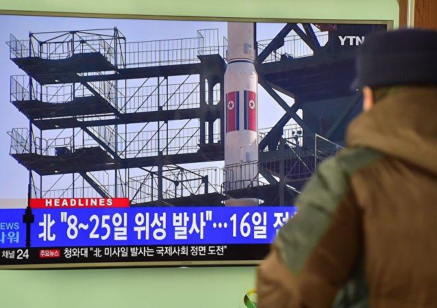 Um homem vê uma reportagem sobre o lançamento do foguete planejado na Coreia do Norte; a televisão mostra imagens de arquivo do foguete da Coreia do Norte Unha-3 que foi lançado em 2012, na estação ferroviária em Seul, em 03 de fevereiro de 2016