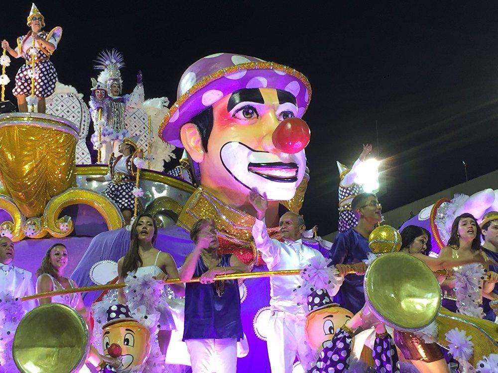 Carro alegórico da Unidos do Porto da Pedra, da Série A do Carnaval Carioca, na Marquês de Sapucaí, em 6 de fevereiro de 2016