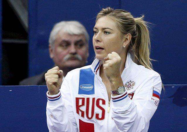Maria Sharapova torce na Fed Cup durante o jogo entre Svetlana Kuznetsova e Kiki Bertens, em Moscou, 7 de fevereiro de 2016