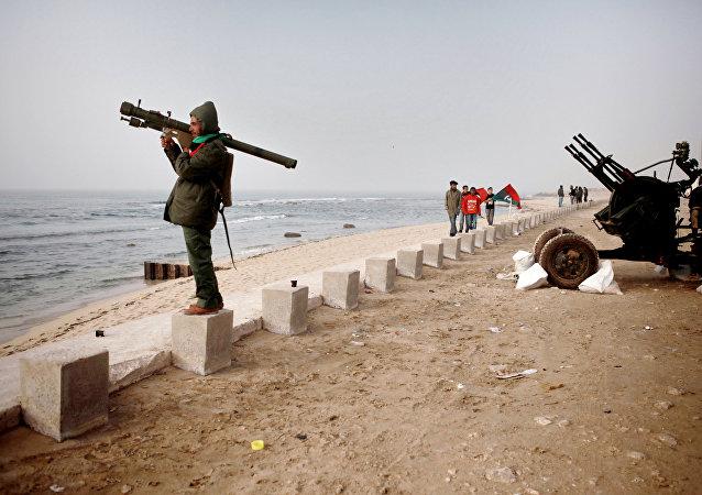 Um militante das forças de autodefesa da Líbia olha o mar Mediterrâneo desde o litoral de Benghazi (2011, foto de arquivo)